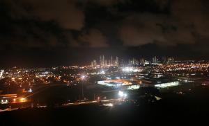 Vista nocturna hacia Costa del Este